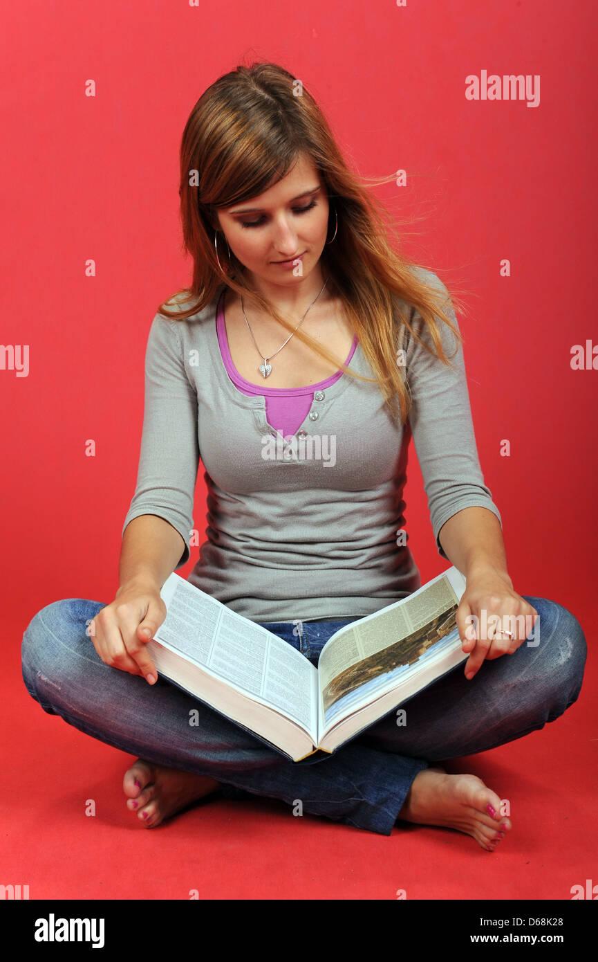 Le donne la lettura di un libro Immagini Stock