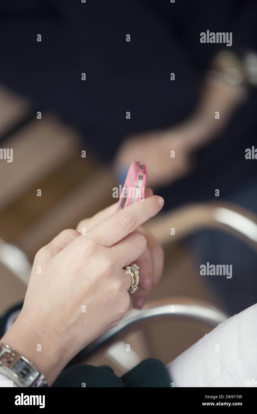 Donna con rosa i-phone Immagini Stock