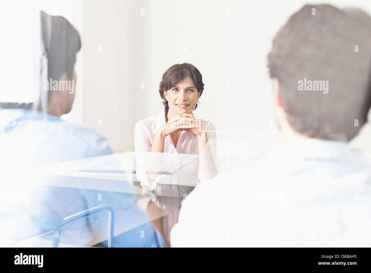 La gente di affari visto attraverso la finestra Immagini Stock