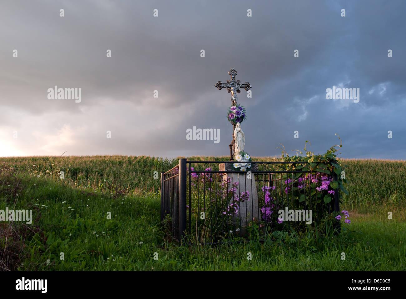 Tachty, Slovacchia, adornata statua con croce lungo la strada Immagini Stock