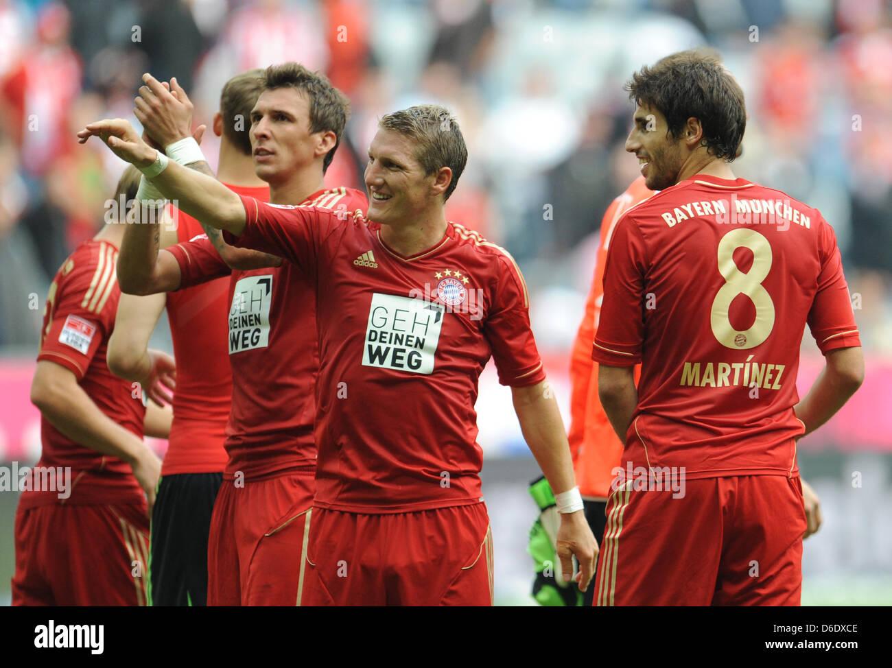 Monaco di Baviera Mario Mandzukic (L-R), Bastian SCHWEINSTEIGER e Javier Martinez allegria dopo la Bundesliga tedesca Foto Stock