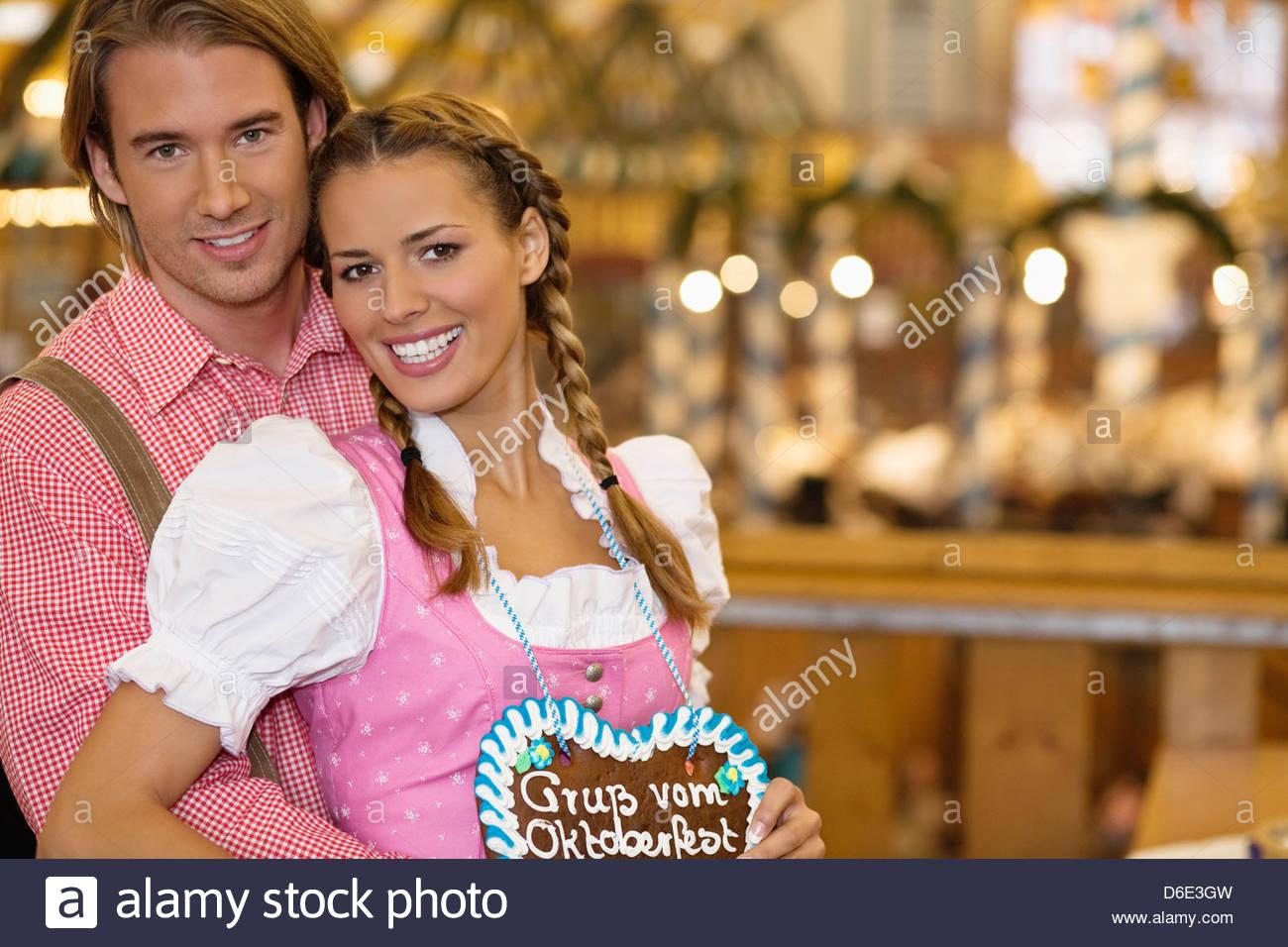 Coppia giovane nel tradizionale costume bavarese Oktoberfest Monaco di Baviera Germania Foto Stock