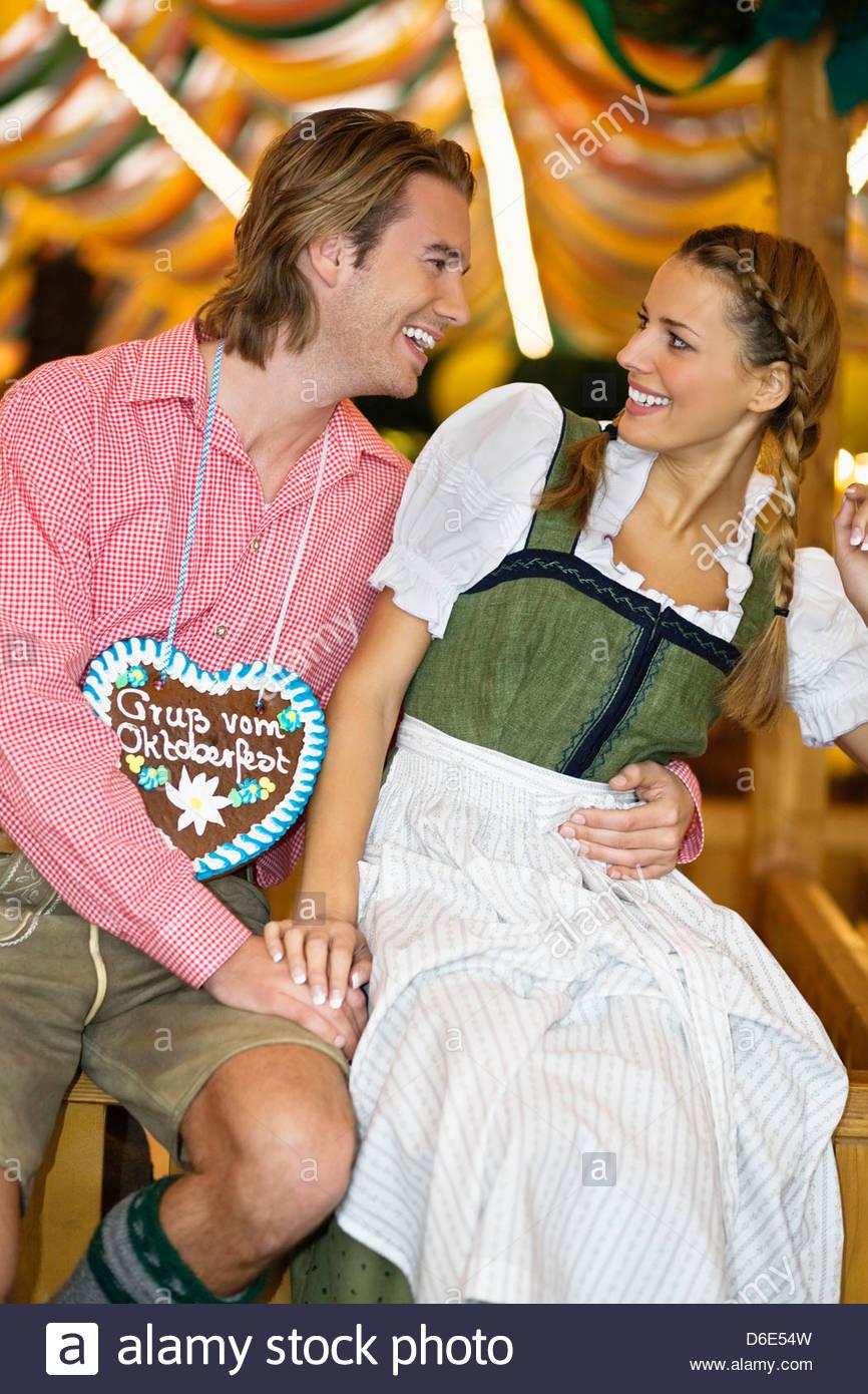 Coppia giovane flirtare festival della birra Oktoberfest Monaco di Baviera Germania Foto Stock