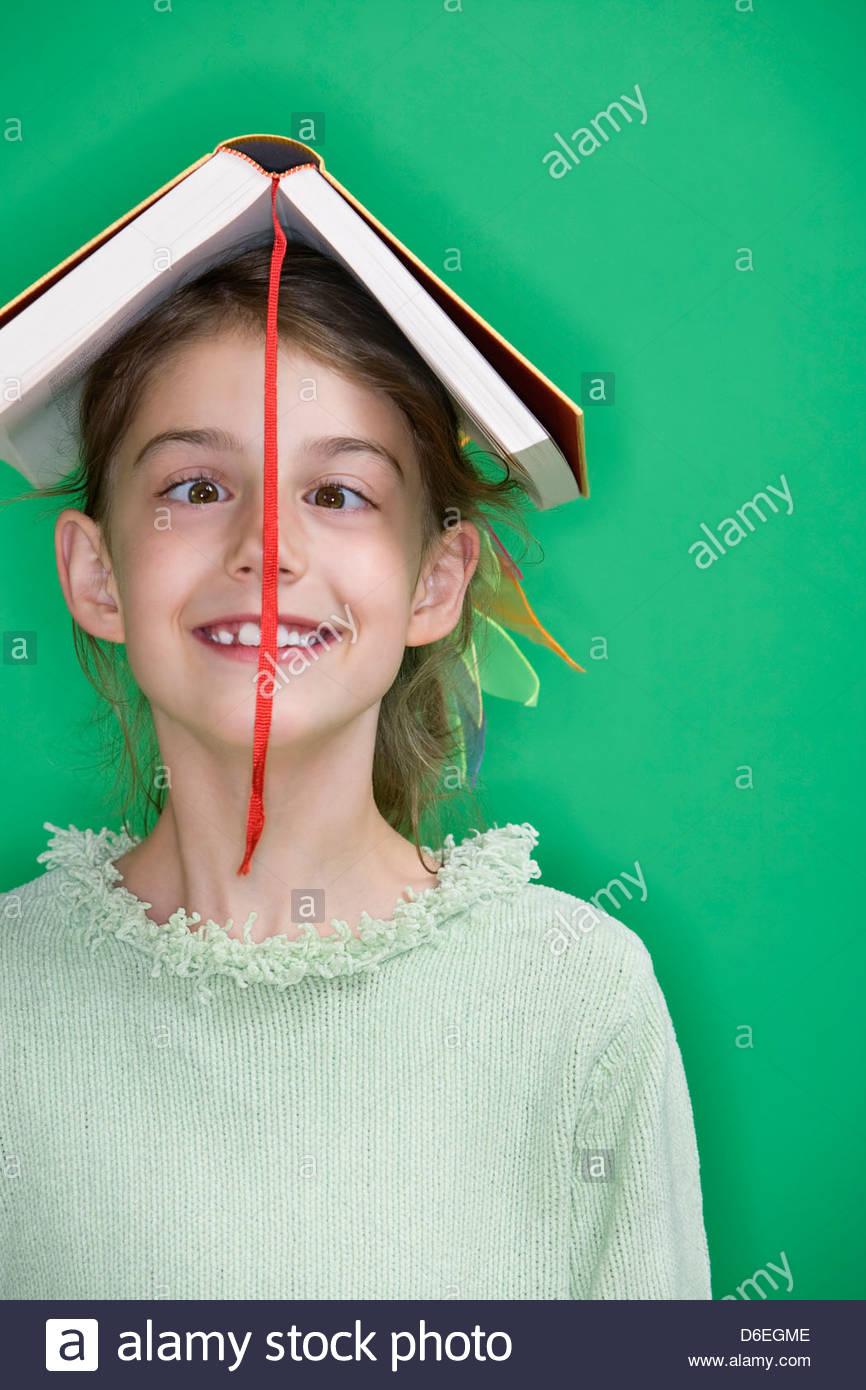 Ragazza con testa del libro Immagini Stock