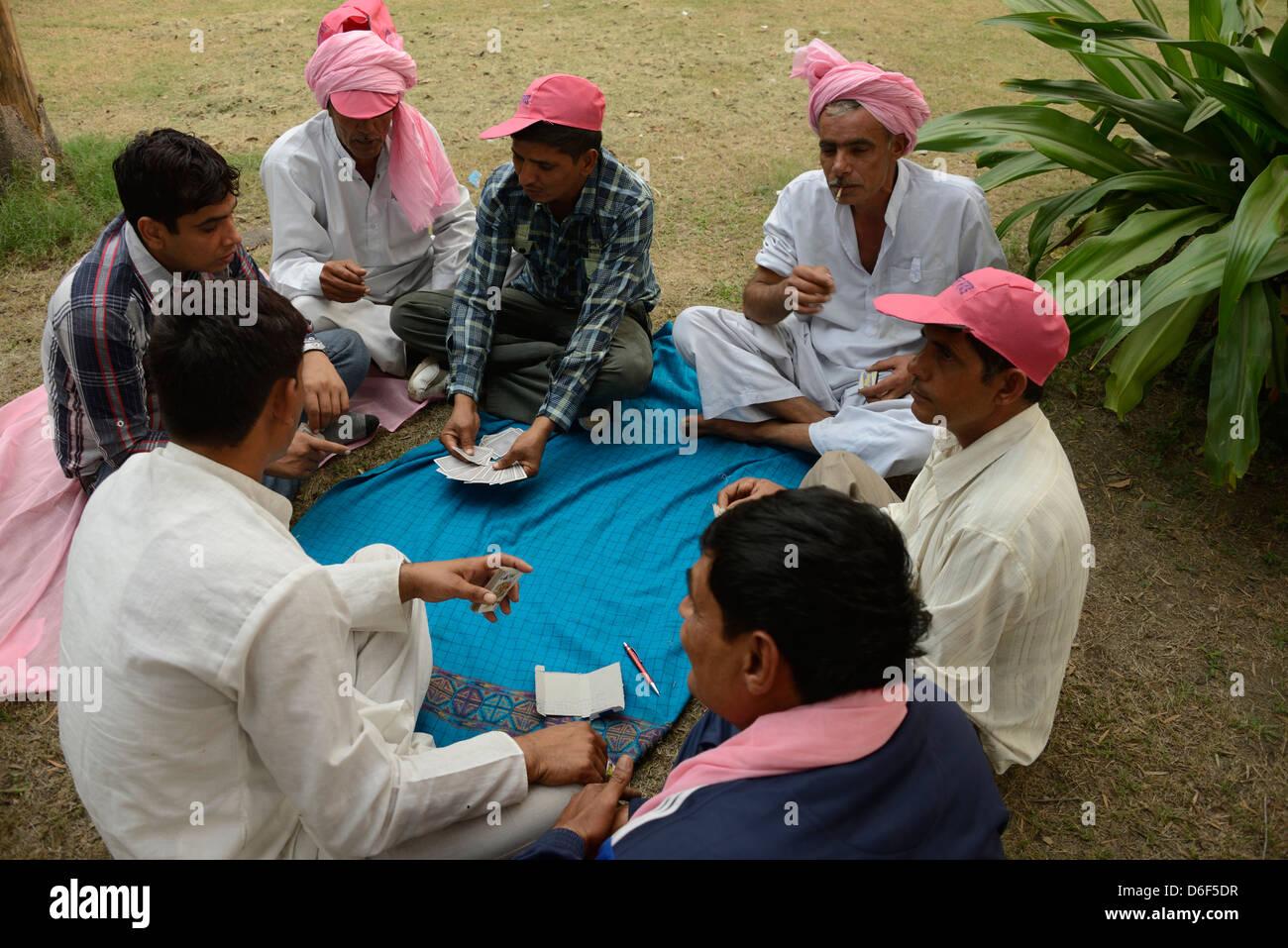 Un gruppo di sostenitori di Haryana indossando rosa turbanti in un rally a Delhi, India Immagini Stock
