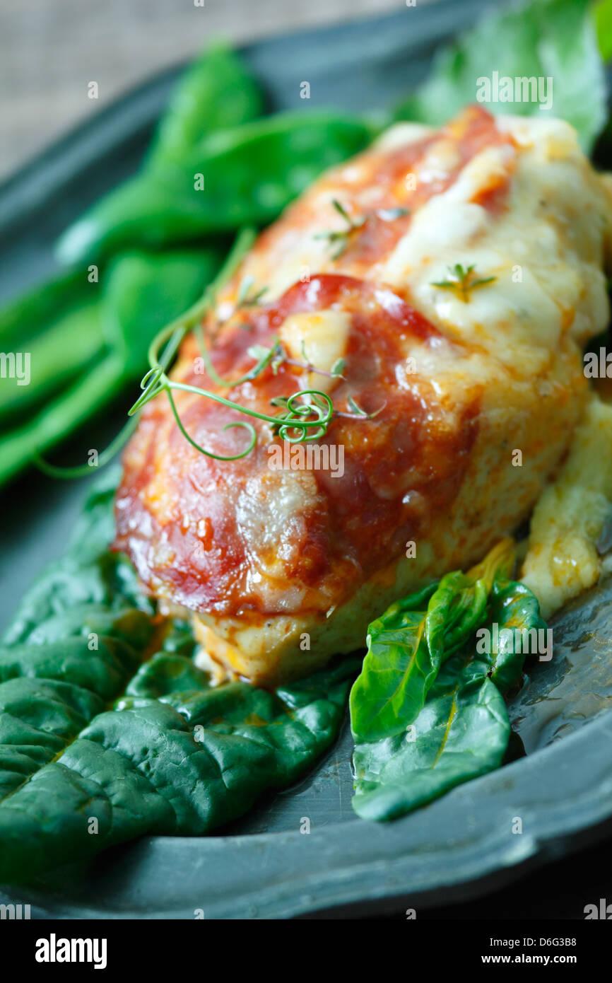 Pollo con chorizo e formaggio Manchego. Ricetta disponibile Immagini Stock