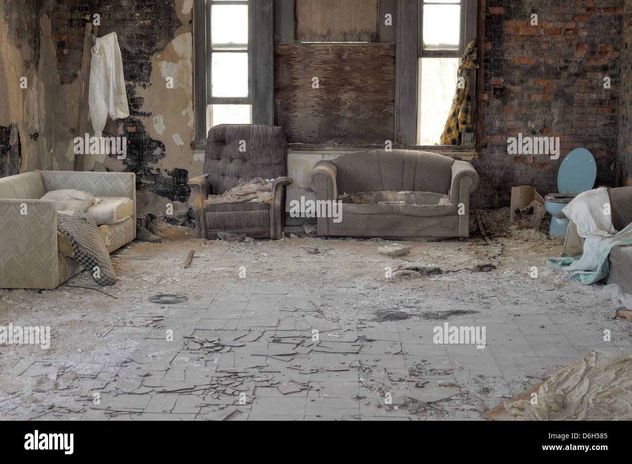 Urbex casa abbandonata interno con incrinato piastrelle di