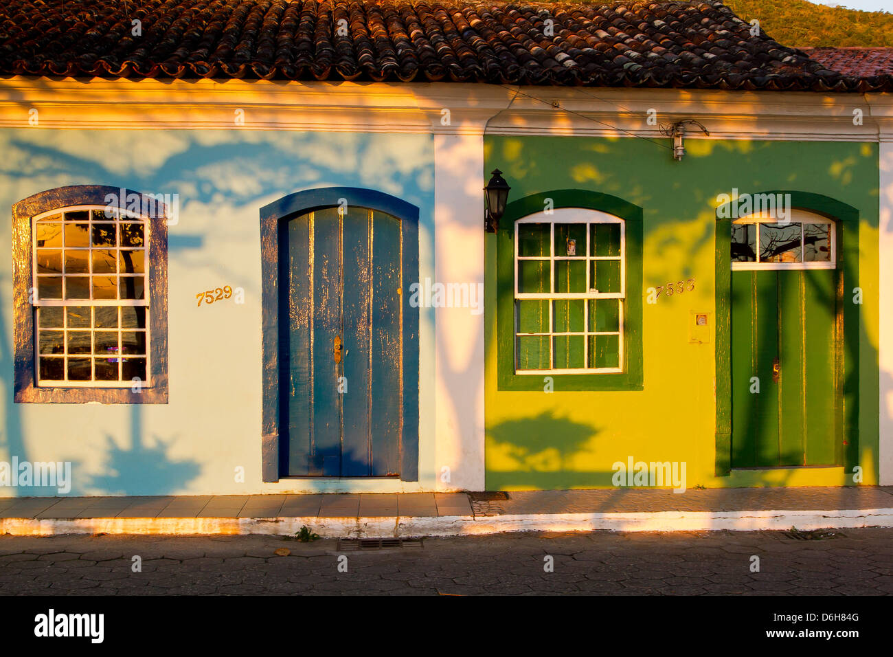 Case coloniali in centro storico di Ribeirao da Ilha. Immagini Stock