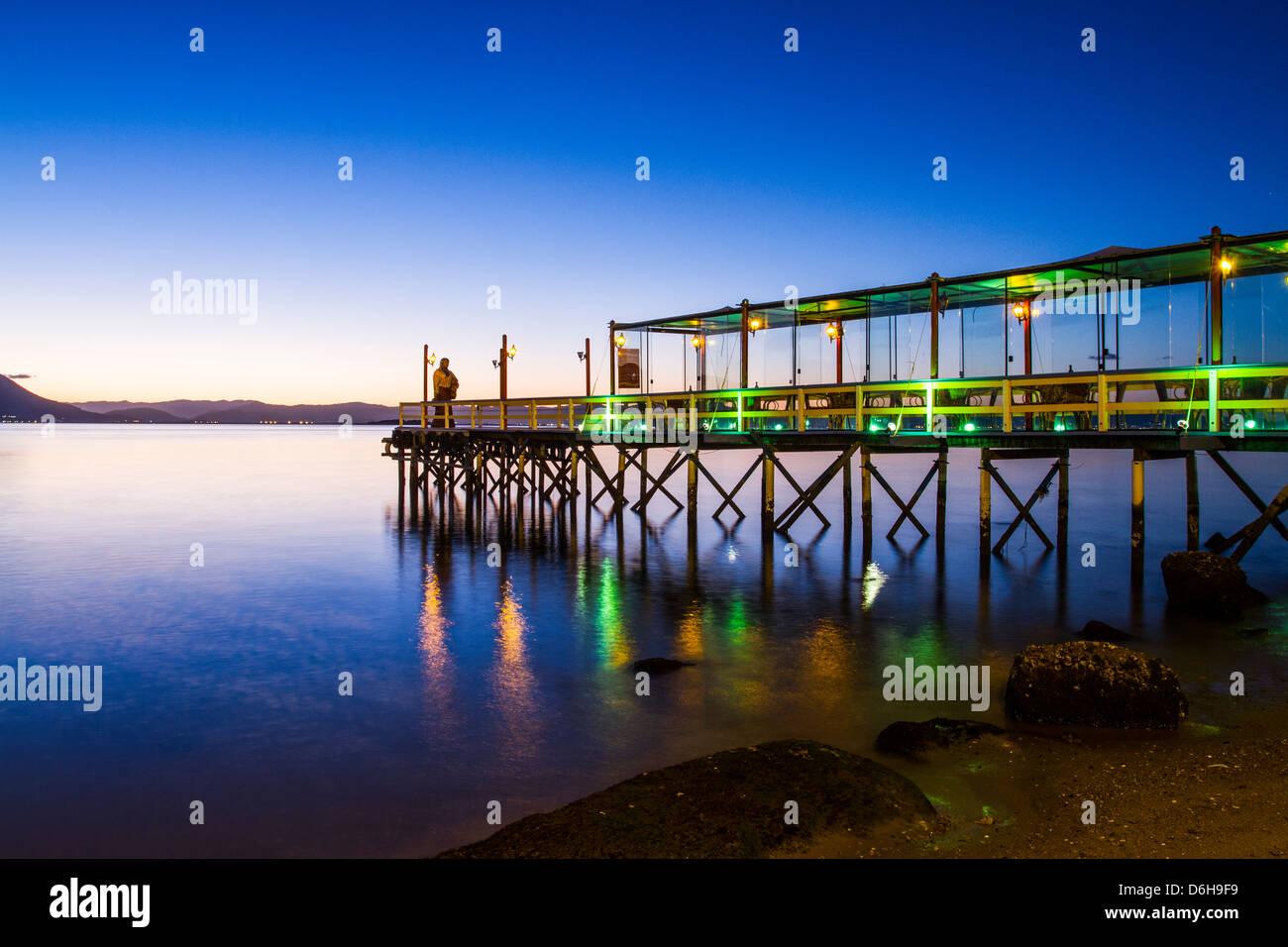 Il molo del ristorante Ostradamus a Ribeirao da Ilha spiaggia al tramonto. Immagini Stock