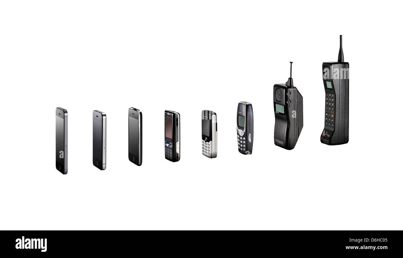 Una vasta gamma di telefoni cellulari che mostra la loro evoluzione senza ombre, shot come ritagli. Immagini Stock