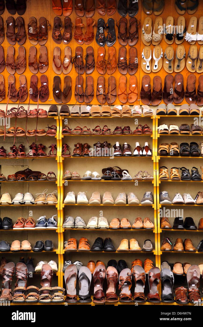 Scarpe e sandali sul display in un mercato di Firenze Italia Foto ... f5afe1badf2
