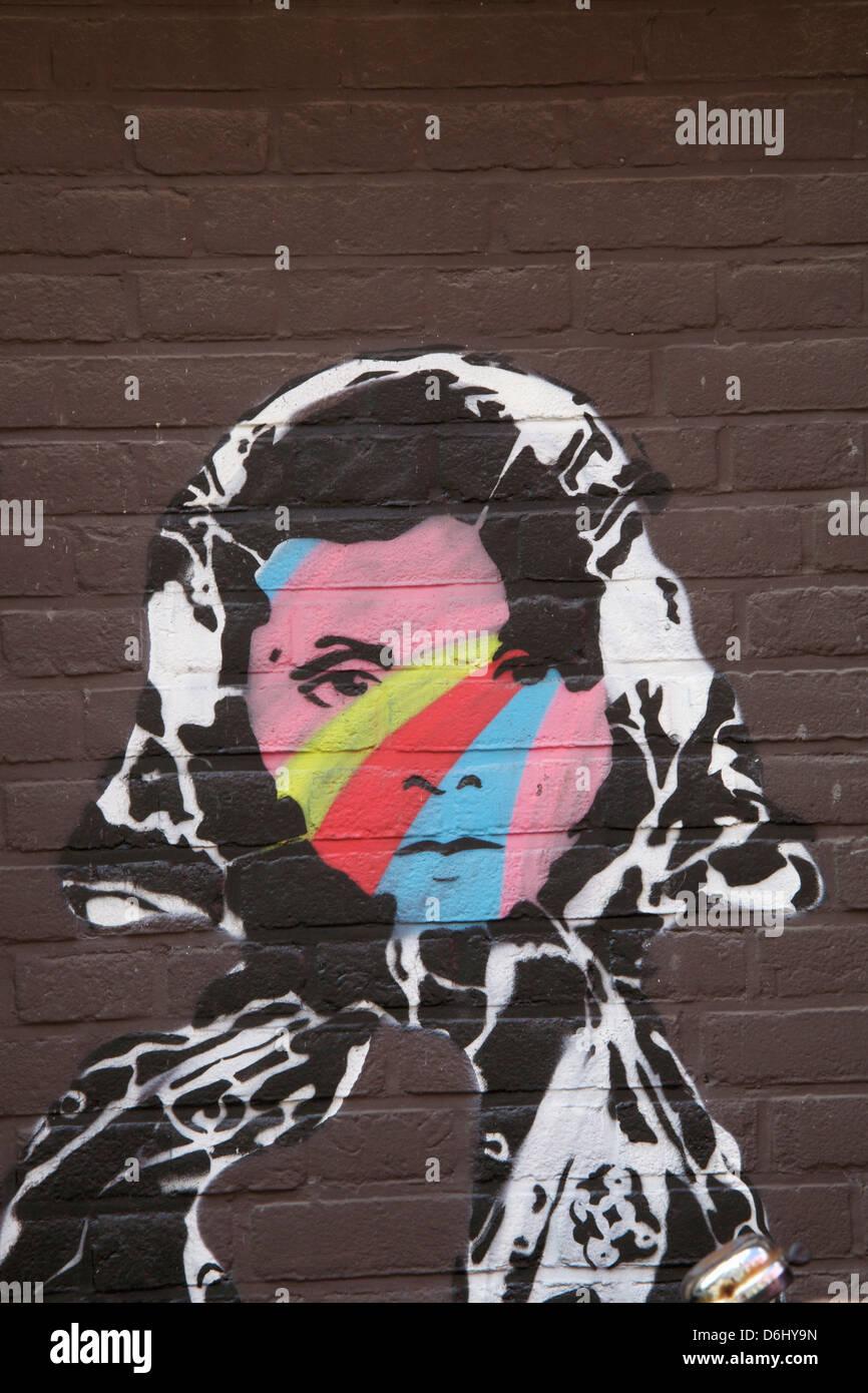 In Amsterdam Olanda graffiti di un volto di donna con capelli scuri e una  in bianco 453ce199fa8a