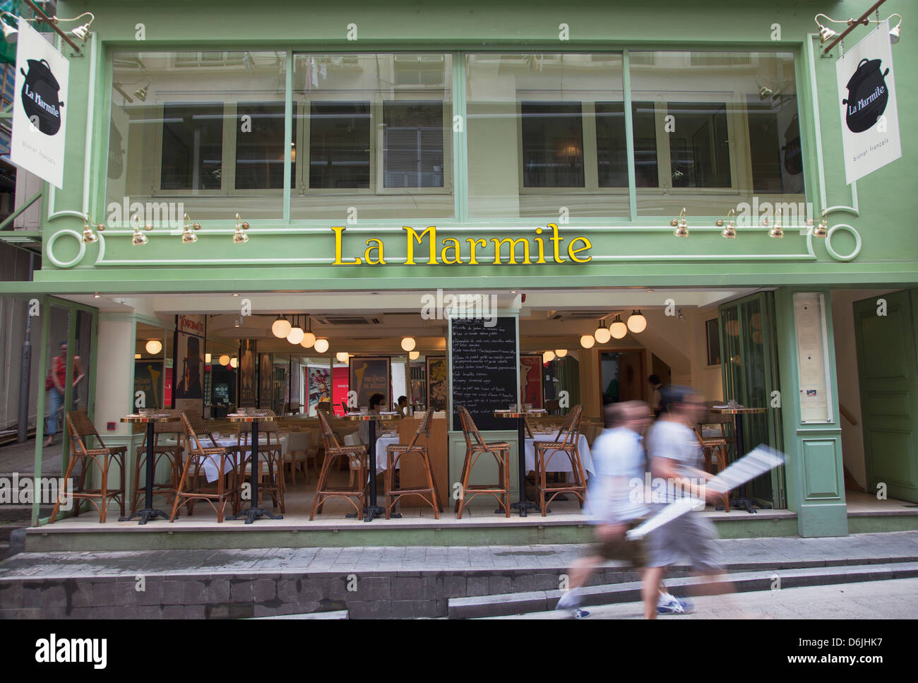 La gente camminare passato bistro francese, Soho, centrale, Hong Kong, Cina, Asia Immagini Stock
