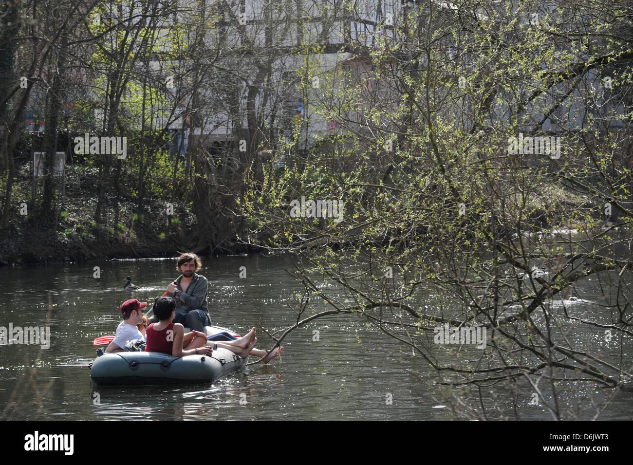 Giovani flottazione verso il basso del Lahn nel loro zattera in primavera meteo in Marburg, Germania, 27 marzo 2012. Immagini Stock