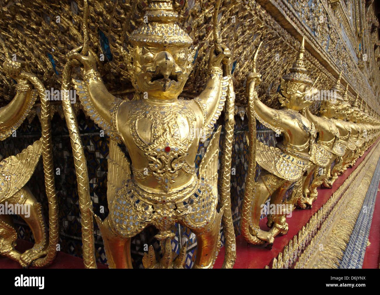 Garudas nagas e sulle decorazioni esterne del Ubosoth, Wat Phra Kaew tempio, il Grand Palace, Bangkok, Thailandia Immagini Stock