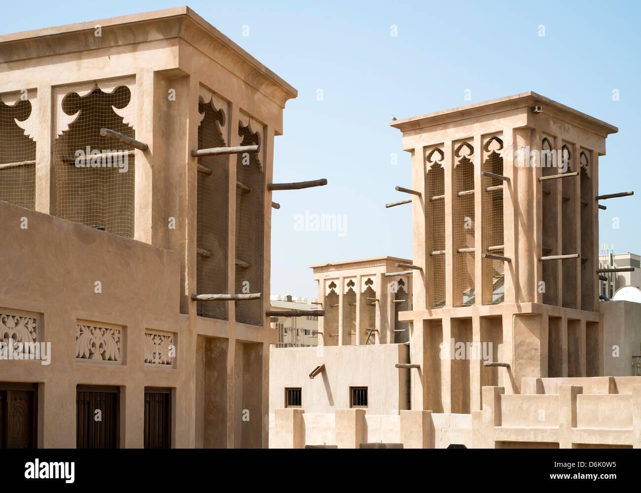 Tradizionale architettura storica con torri del vento in Al Bastakiya storico quartiere di Bur Dubai Emirati Arabi Immagini Stock