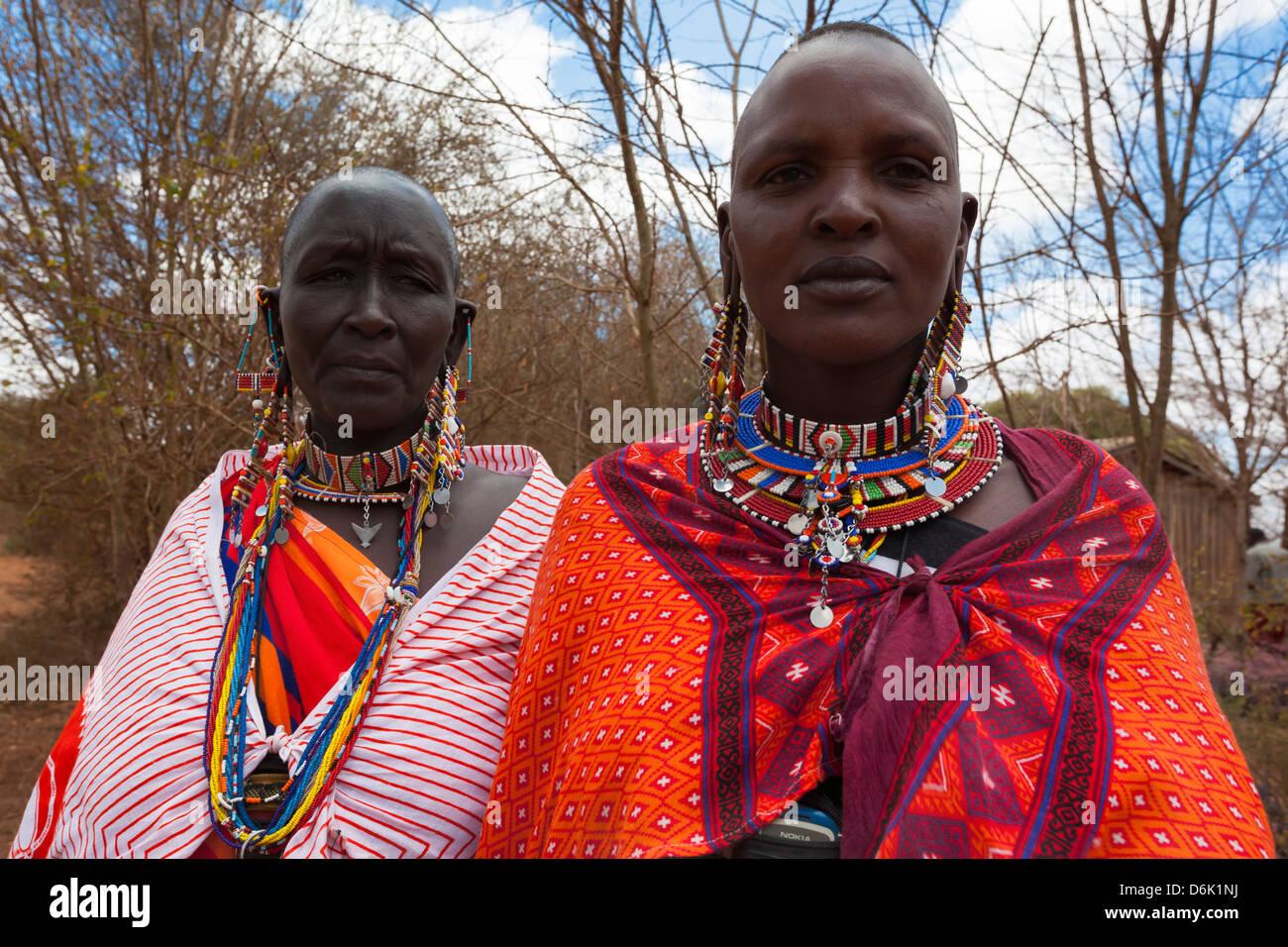 Le donne Masai che presso il predatore del fondo di compensazione di giorno di paga, Gruppo Mbirikani Ranch, Amboseli Immagini Stock