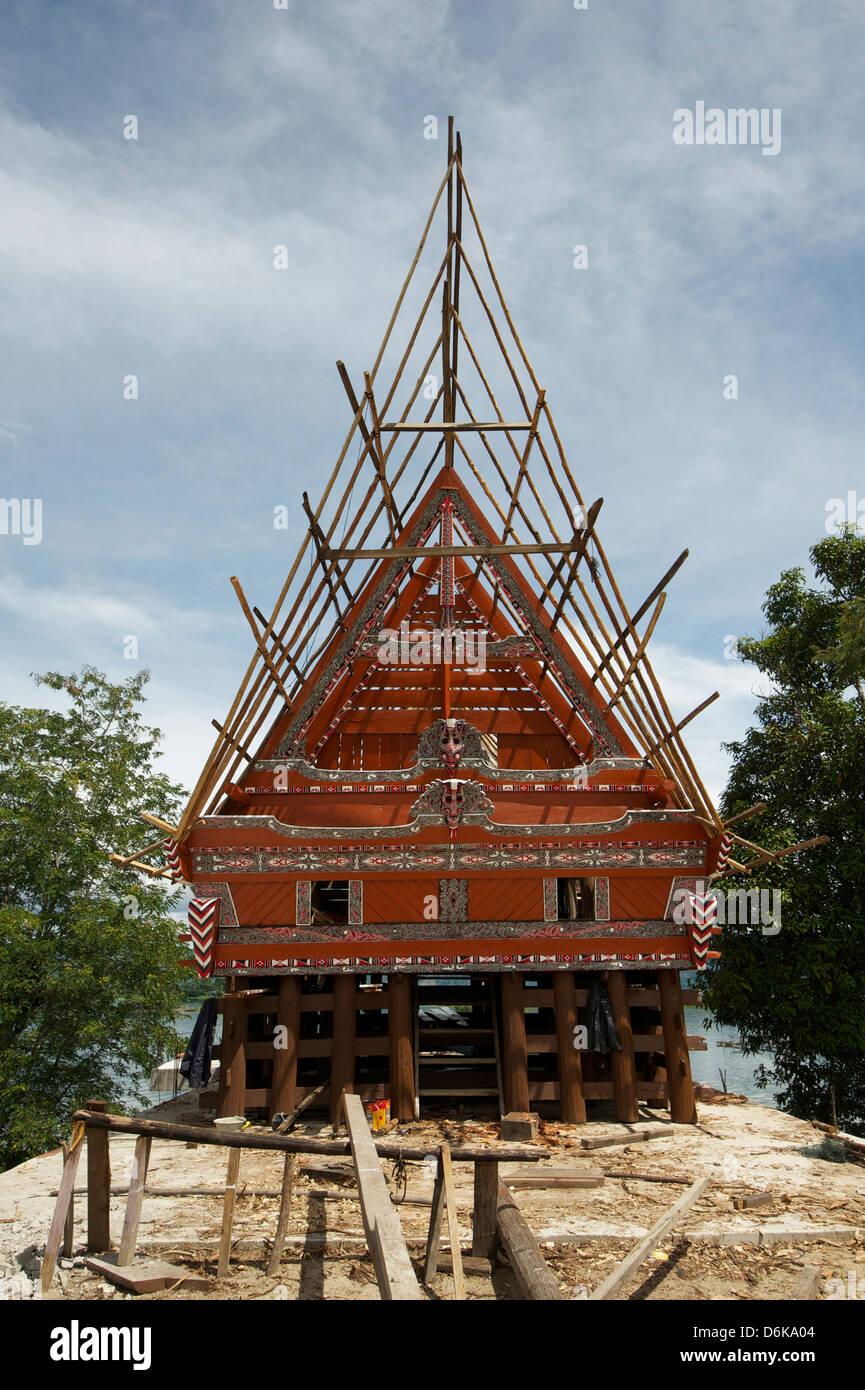 Costruzione di una casa di Batak con bambù impalcature, accanto al lago vulcanico di Toba, isola di Samosir, Immagini Stock