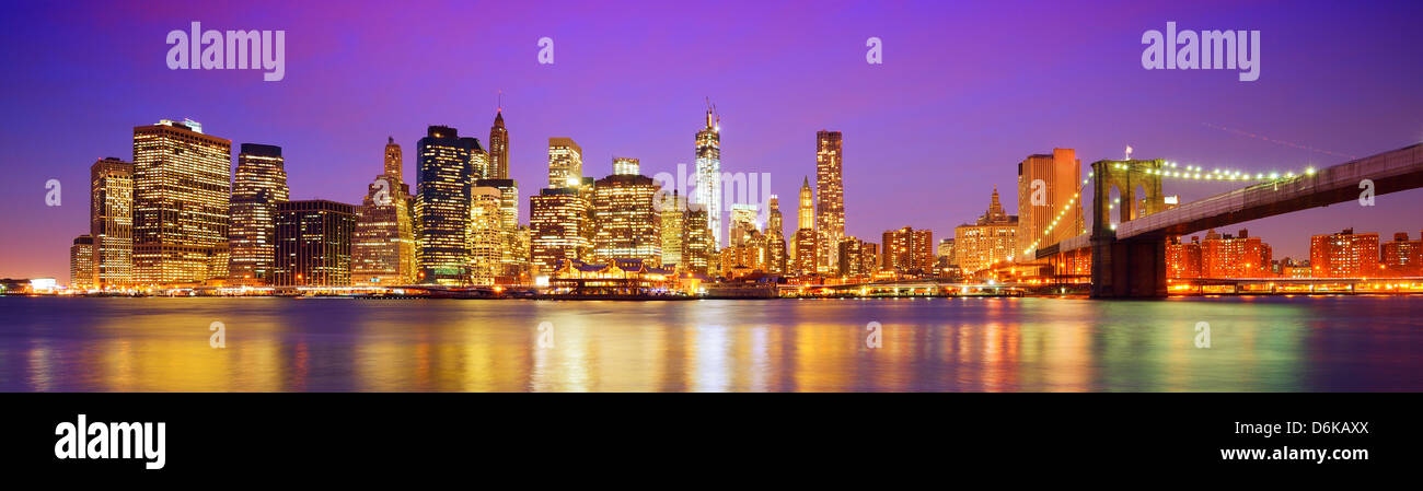 New York City panorama con il ponte di Brooklyn e il quartiere finanziario di tutta l'East River. Immagini Stock