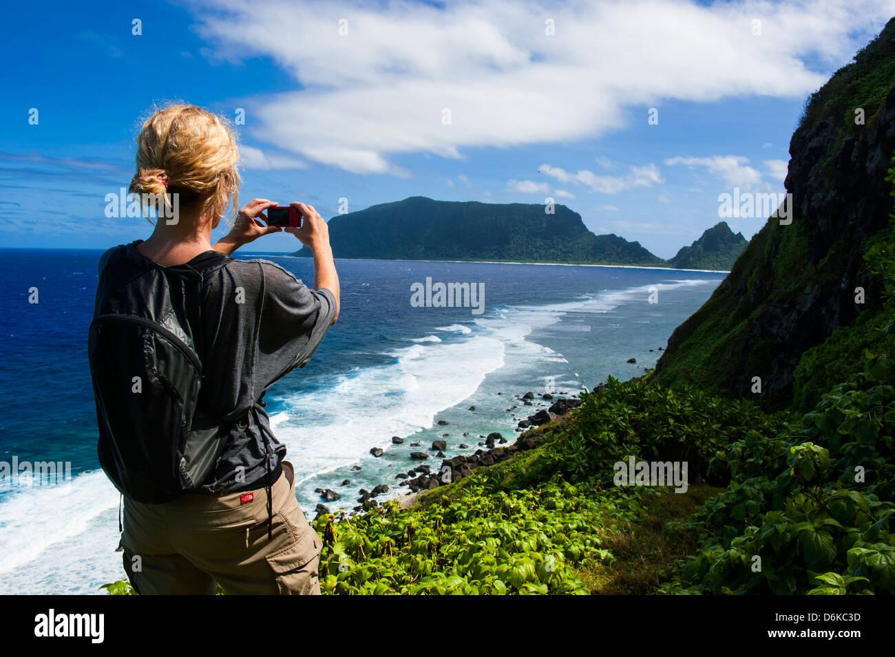 Woman Trekking su Ofu Island, manualmente isola gruppo American Samoa, Pacifico del Sud e del Pacifico Immagini Stock