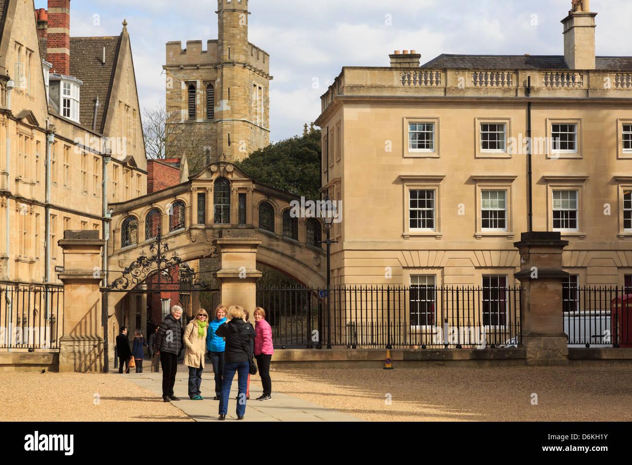 I turisti che è fotografata davanti al Ponte dei Sospiri e Hertford College di Oxford Inghilterra Regno Unito Immagini Stock