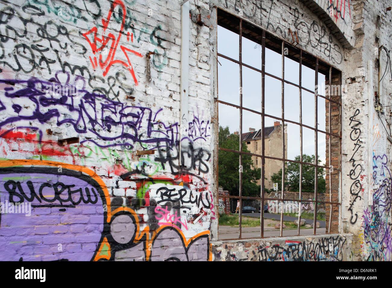 Berlino, Germania, spruzzata con graffiti parete in fabbrica con specchio di poppa remote Rochester Immagini Stock