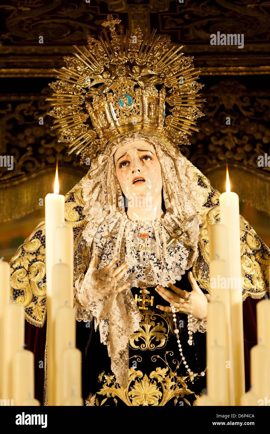 Immagine della Vergine Maria sul galleggiante (pasos) eseguito durante la Semana Santa (Pasqua), Siviglia, in Andalusia, Immagini Stock