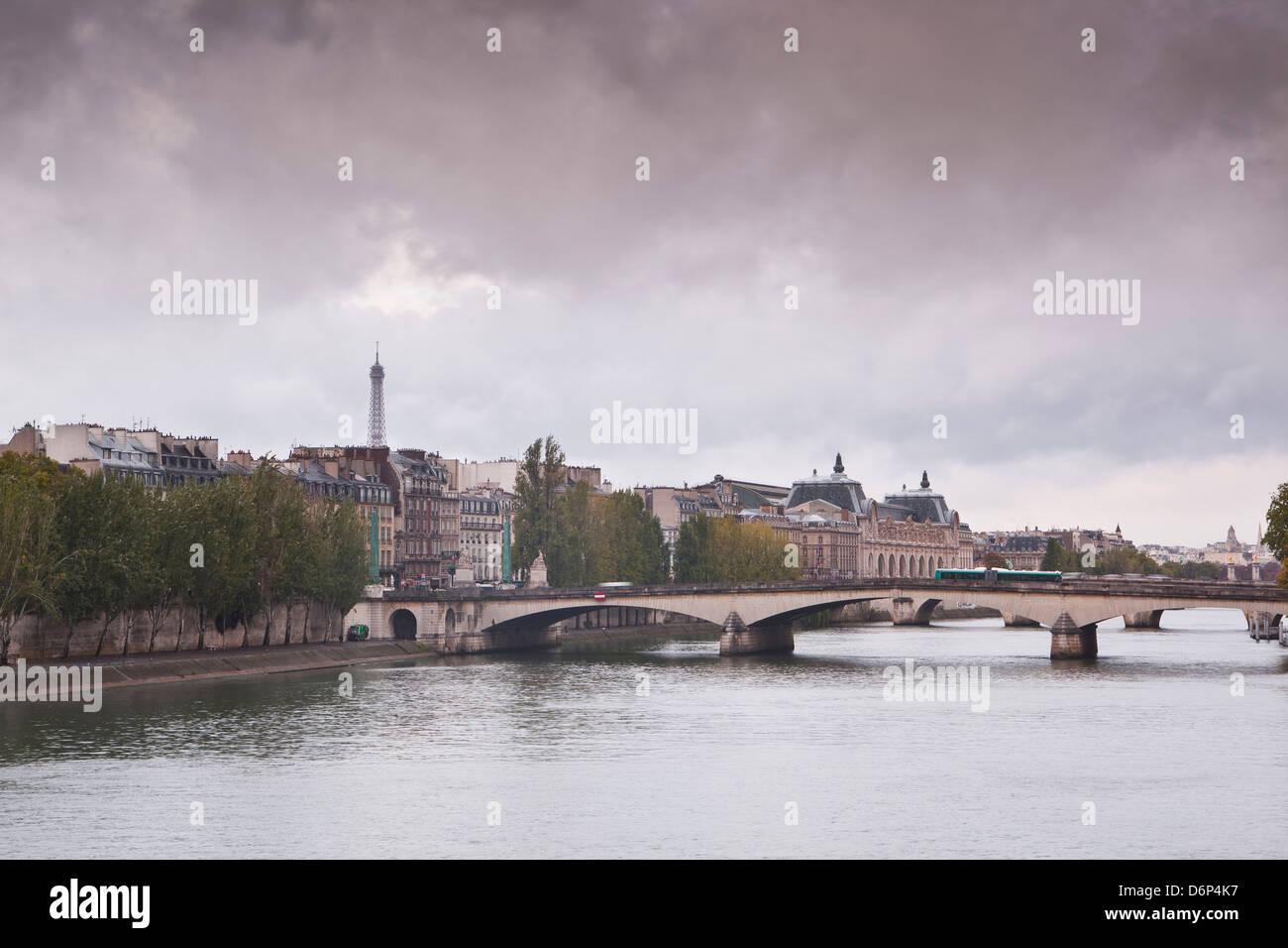 Guardando in giù il fiume Senna a Parigi in un giorno di pioggia, Parigi, Francia, Europa Immagini Stock
