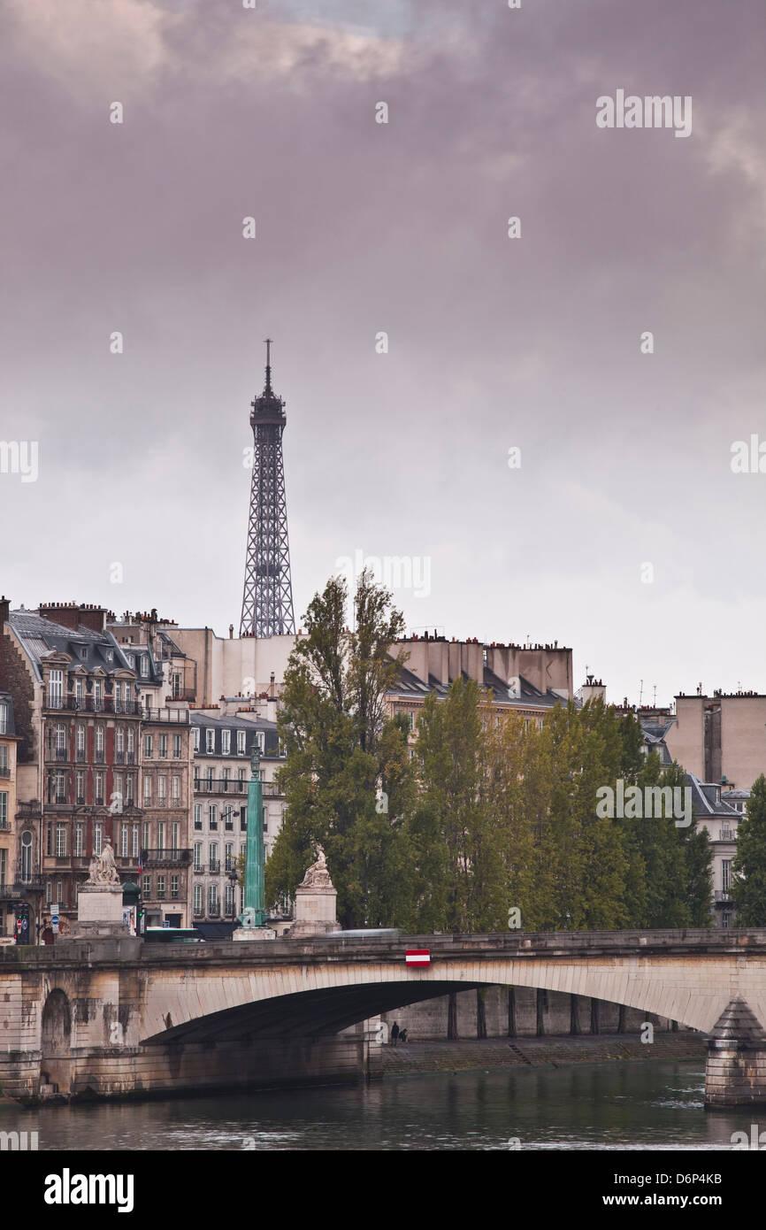 La riva sinistra e la Torre Eiffel in un giorno di pioggia, Parigi, Francia, Europa Immagini Stock
