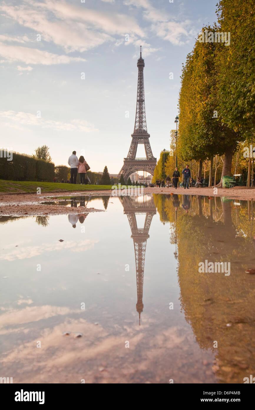 La Torre Eiffel da Champ de Mars, Parigi, Francia, Europa Foto Stock