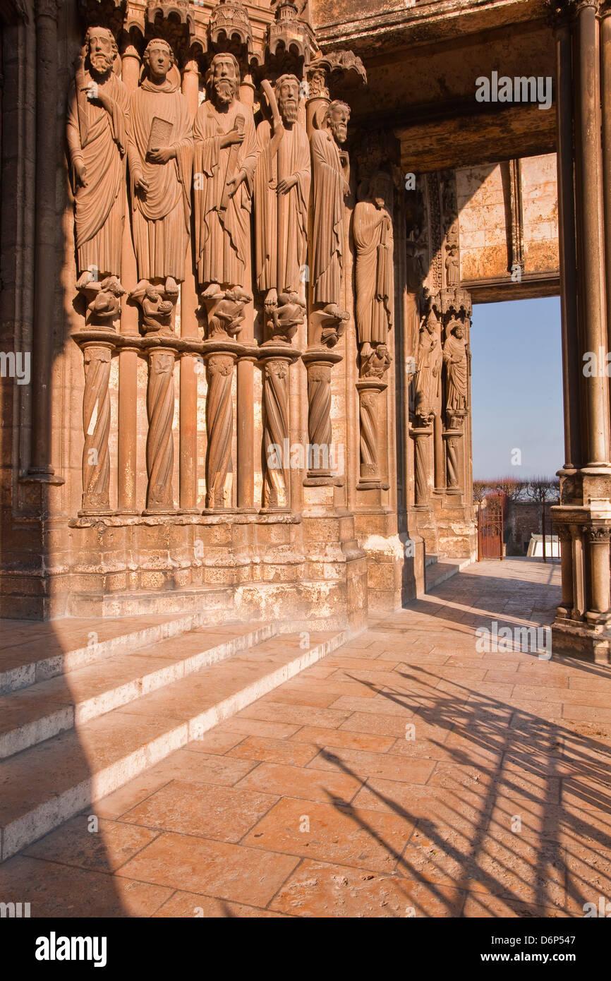 Figure in pietra sul portale meridionale della Cattedrale di Chartres, Sito Patrimonio Mondiale dell'UNESCO, Immagini Stock