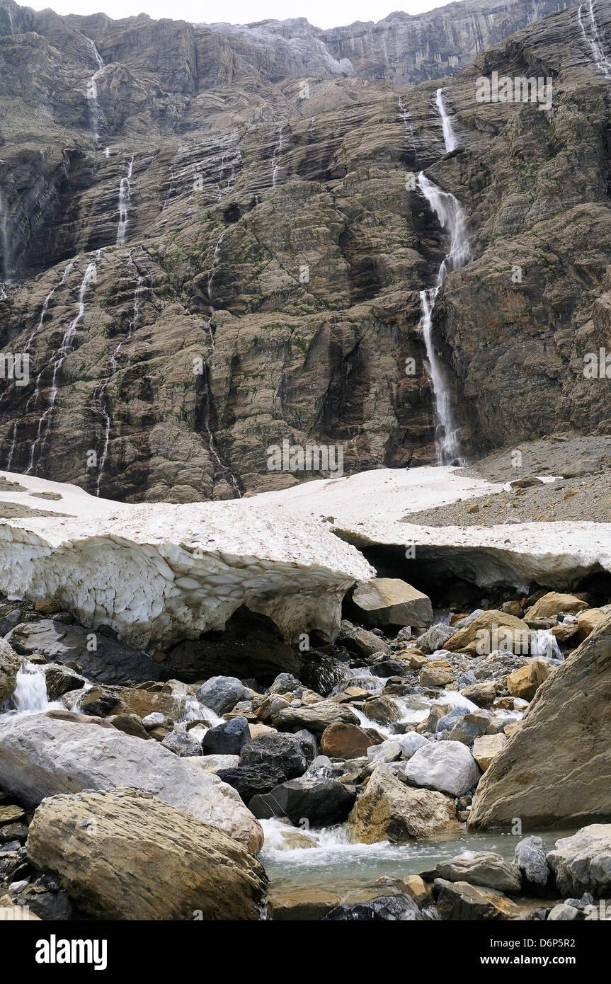 Piccolo ghiacciaio e la sorgente del fiume ha dato al Cirque de Gavarnie, Parco Nazionale dei Pirenei, Hautes-Pyrenees, Immagini Stock