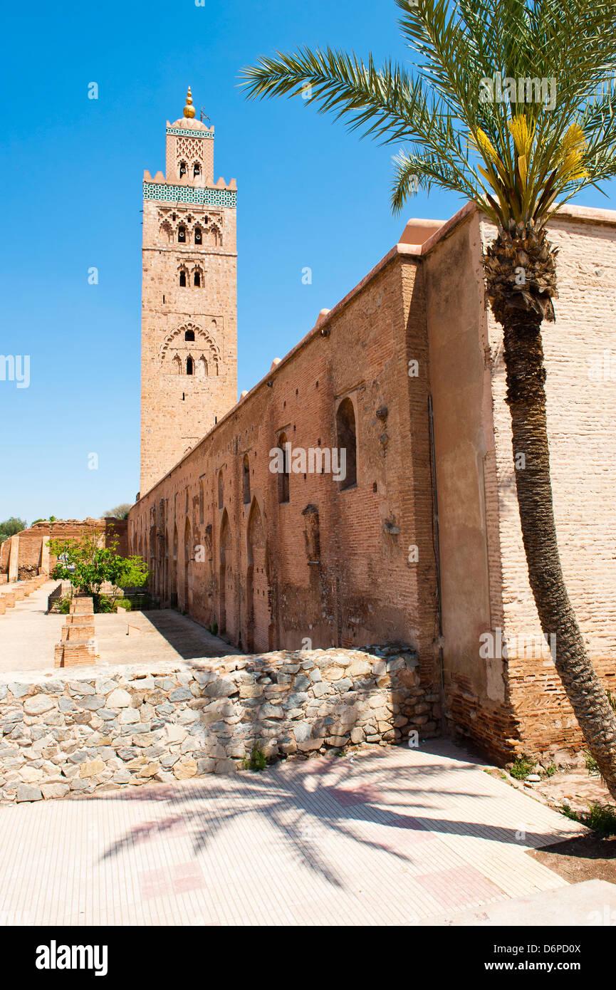 La Moschea Katoubia e Palm tree in Djemaa El Fna, la famosa piazza di Marrakech, Marocco, Africa Settentrionale, Immagini Stock