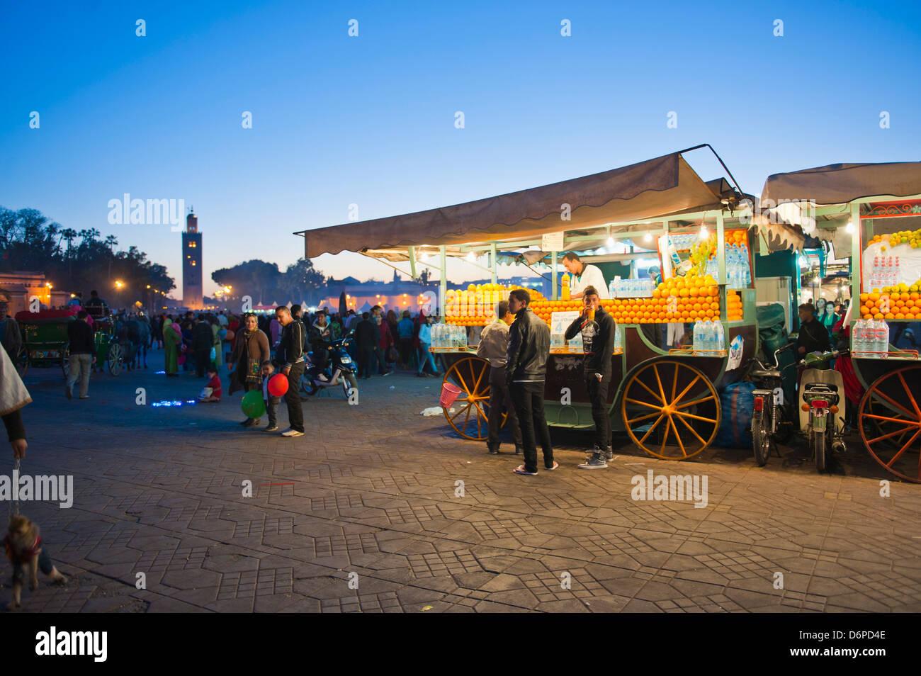 Il succo d'arancia fresco in stallo durante la notte, Piazza Djemaa El Fna a Marrakech, Marocco, Africa Settentrionale, Immagini Stock