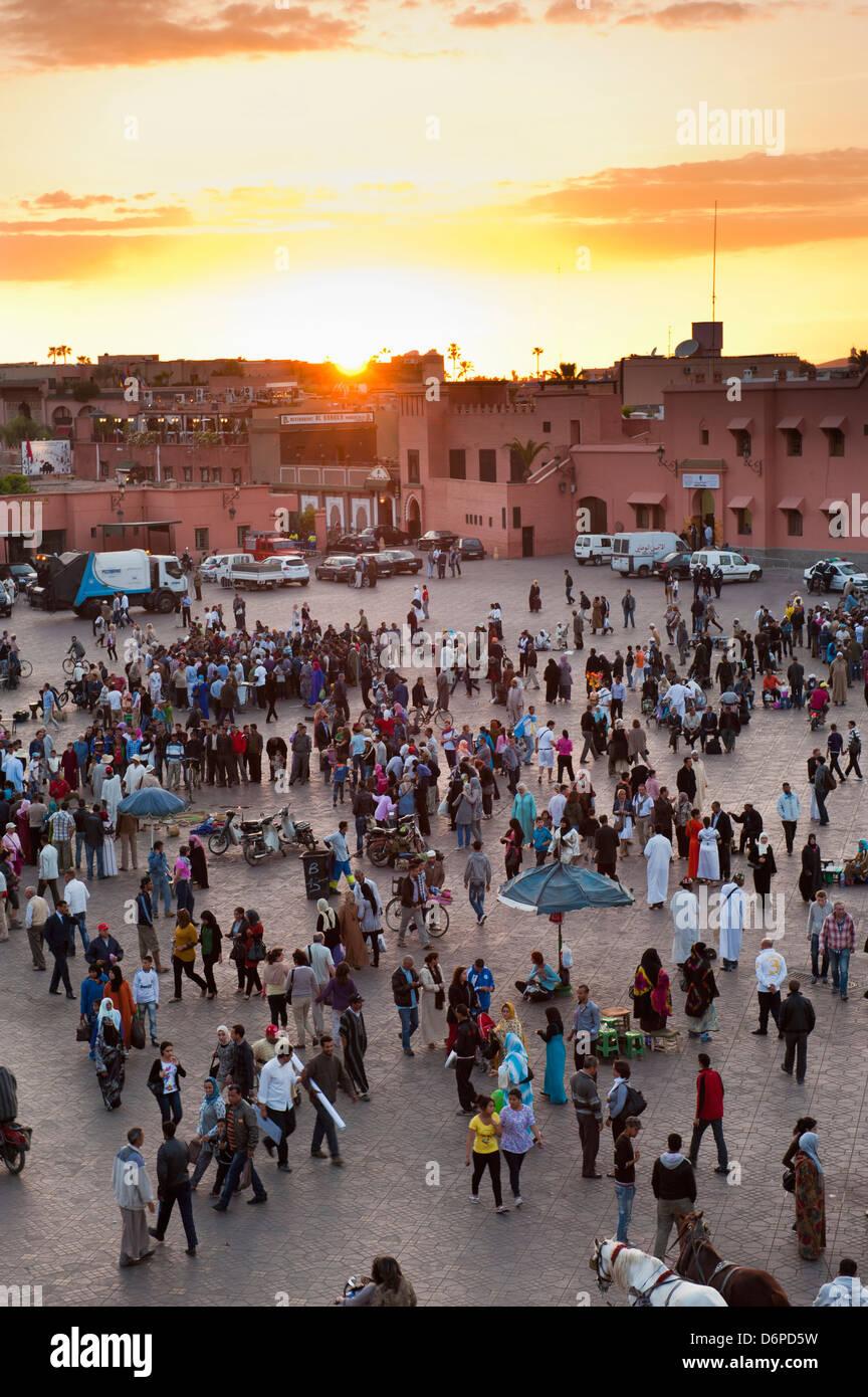 Vista su persone in piazza Djemaa el Fna al tramonto, Marrakech, Marocco, Africa Settentrionale, Africa Immagini Stock