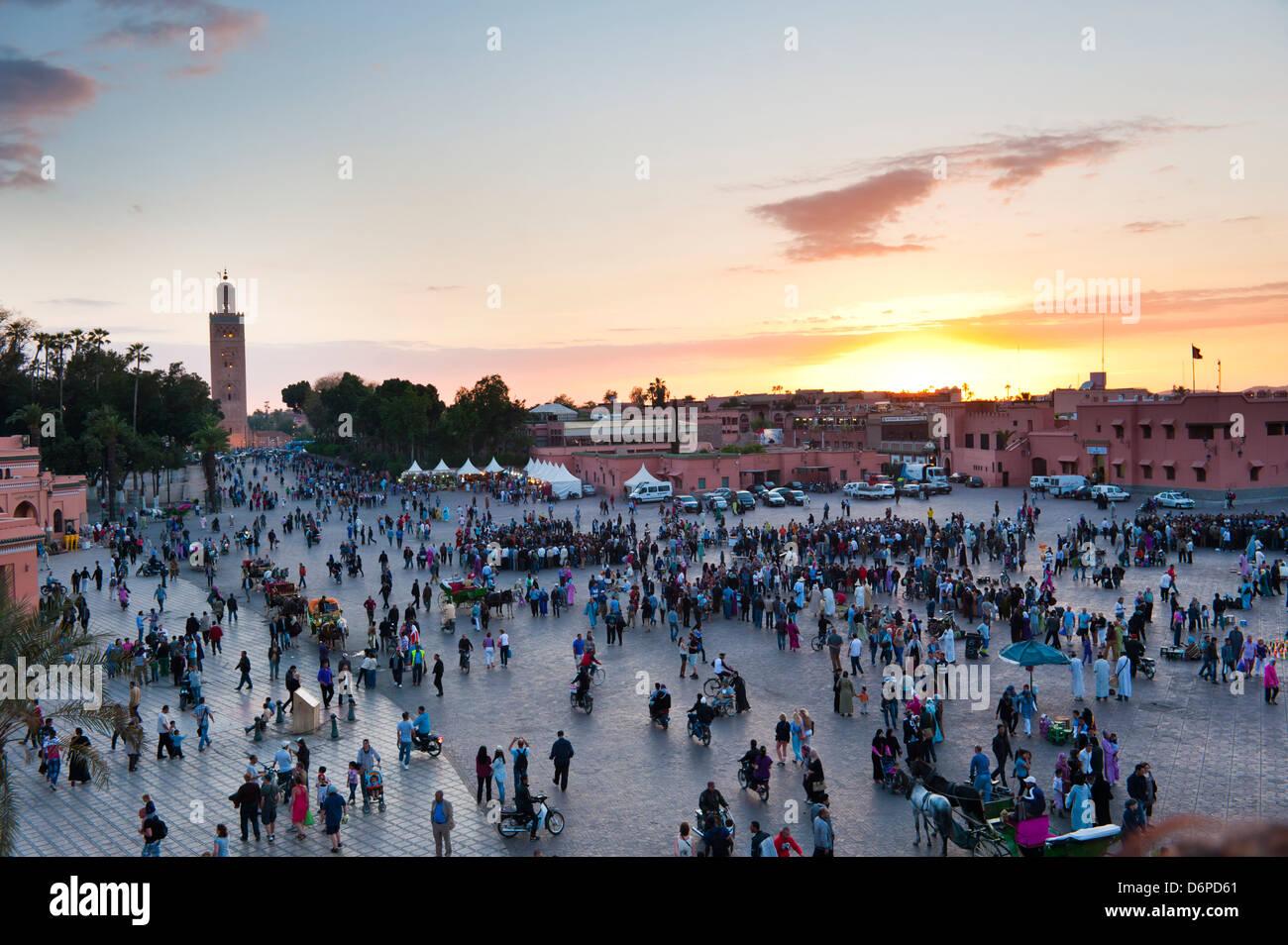 Piazza Djemaa El Fna e Moschea di Koutoubia al tramonto, Marrakech, Marocco, Africa Settentrionale, Africa Immagini Stock