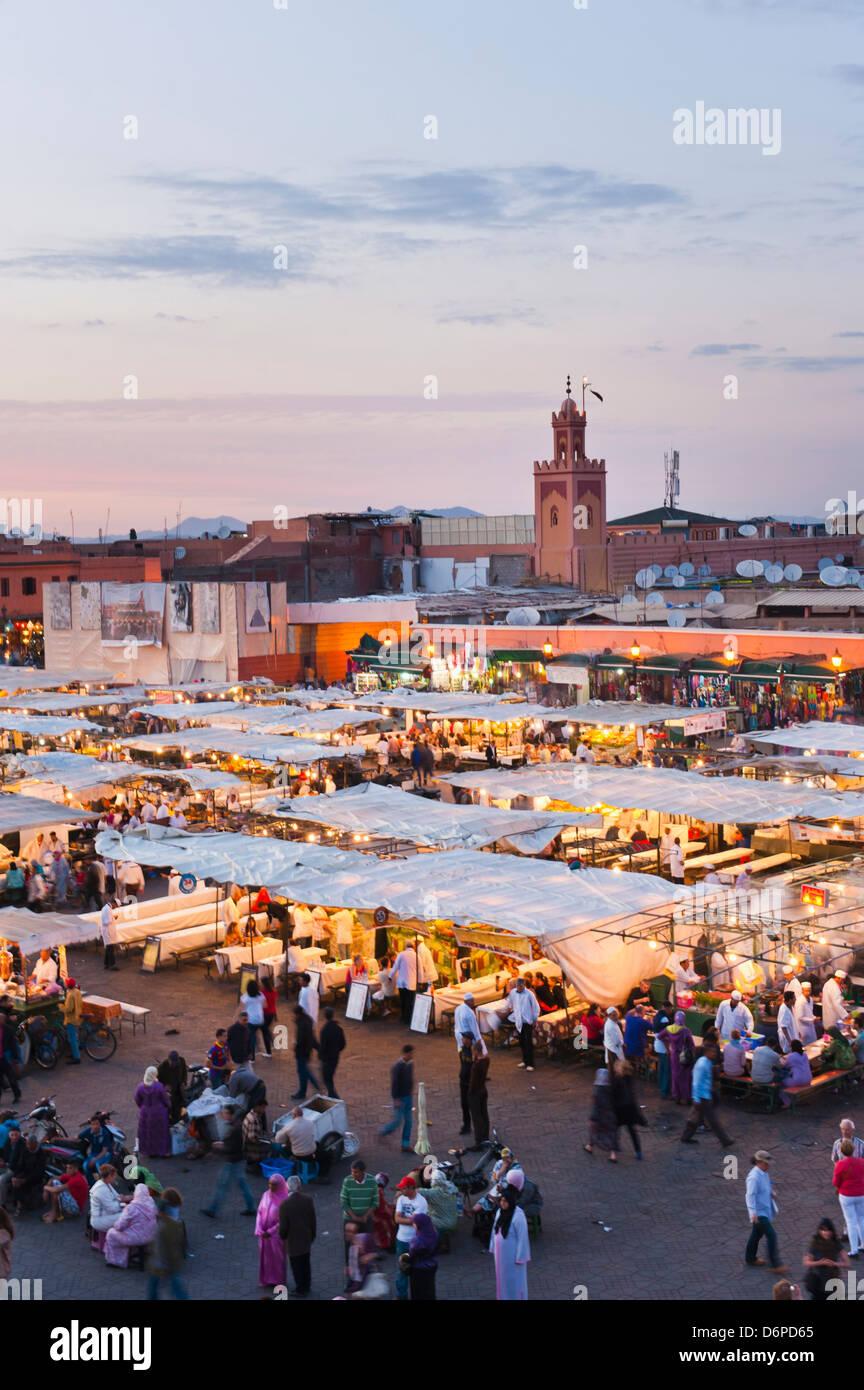 Vista della piazza Djemaa el Fna di sera a Marrakech, Marocco, Africa Settentrionale, Africa Immagini Stock