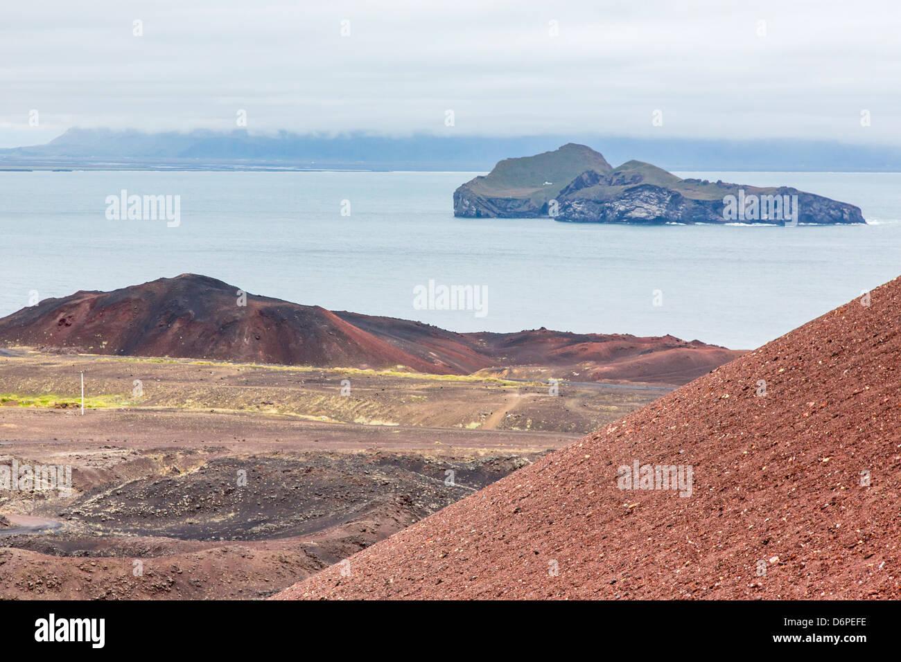 Affacciato sul recente flusso di lava sulla Isola di Heimaey, Islanda, regioni polari Foto Stock