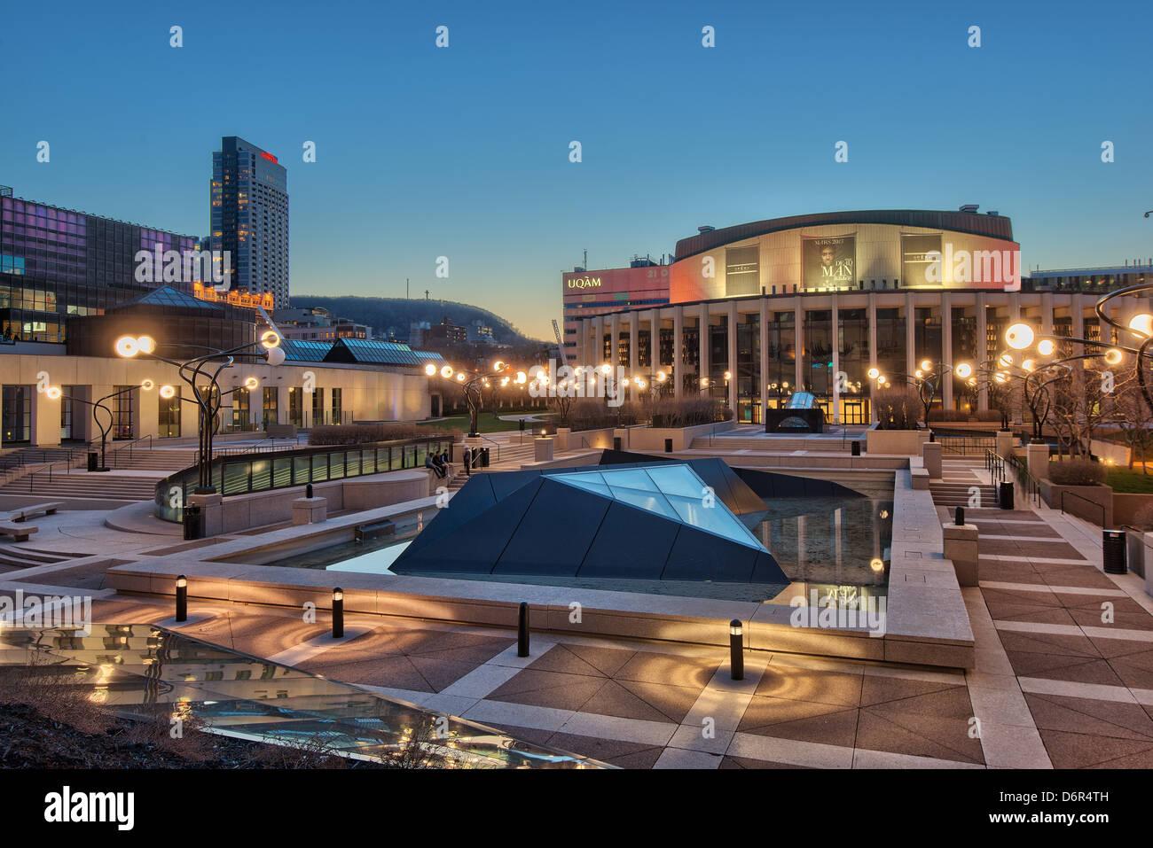 Salle Wilfried Pelletier e Esplanade di Place des Arts, Quartier des occhiali, il centro cittadino di Montreal, Immagini Stock