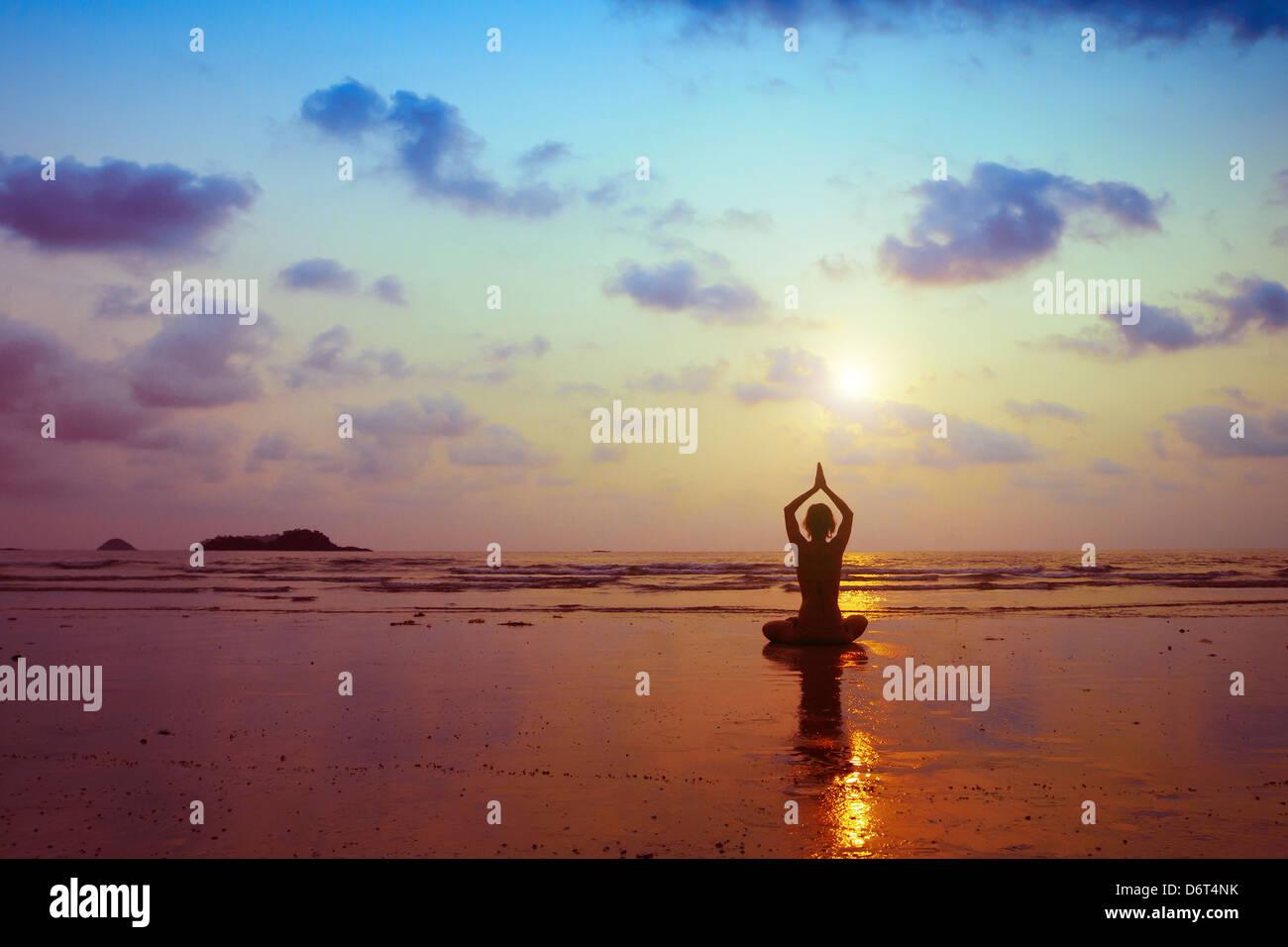 Esercizi di respirazione, silhouette di donna a praticare yoga Immagini Stock