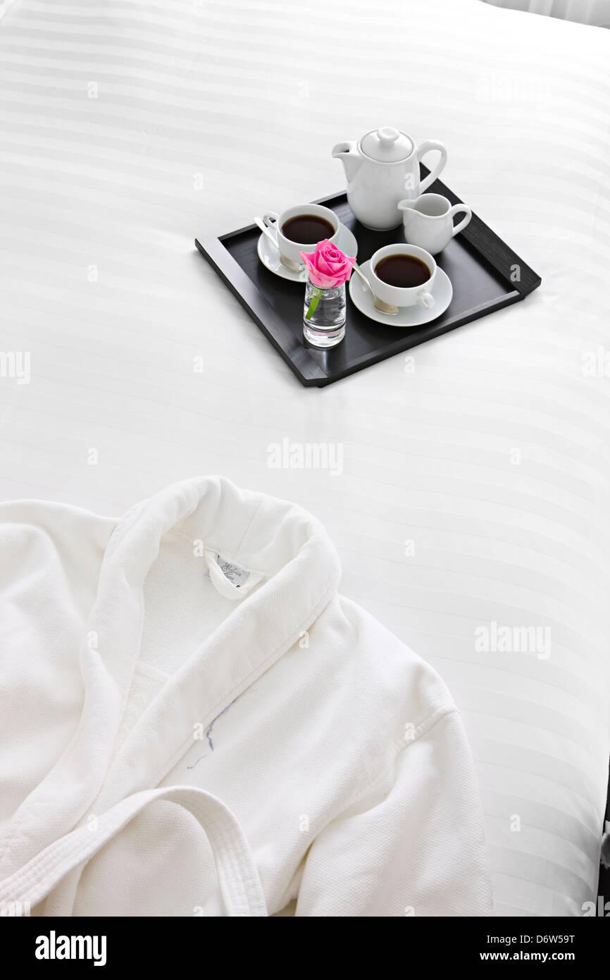 Bianco nitido realizzato in cotone lenzuola cuscini di piumino Immagini Stock