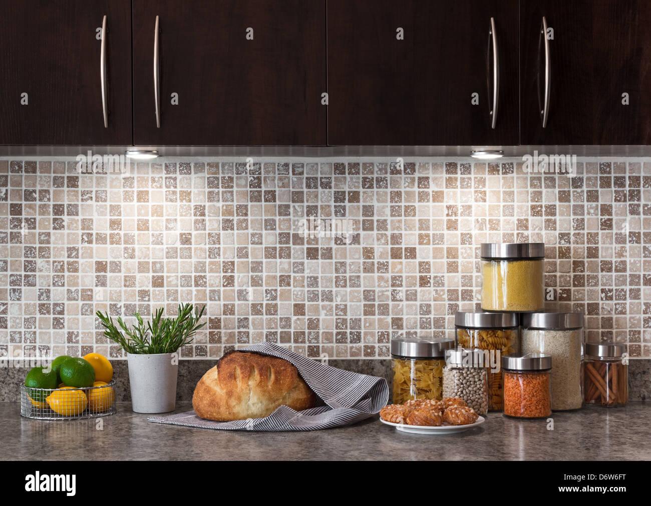Ingredienti alimentari in una cucina contemporanea con