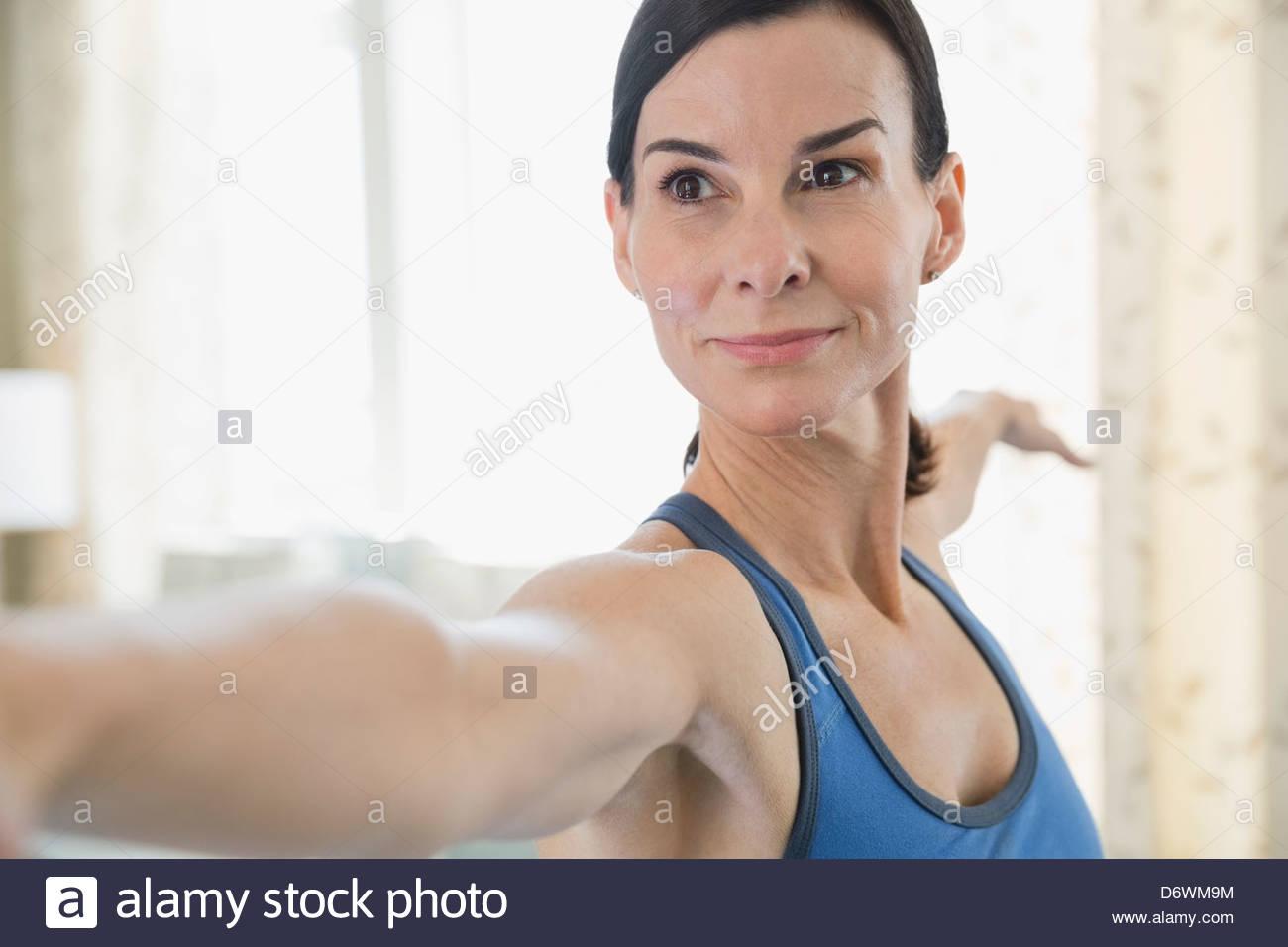 Messa a fuoco selettiva di donna matura fare yoga Immagini Stock