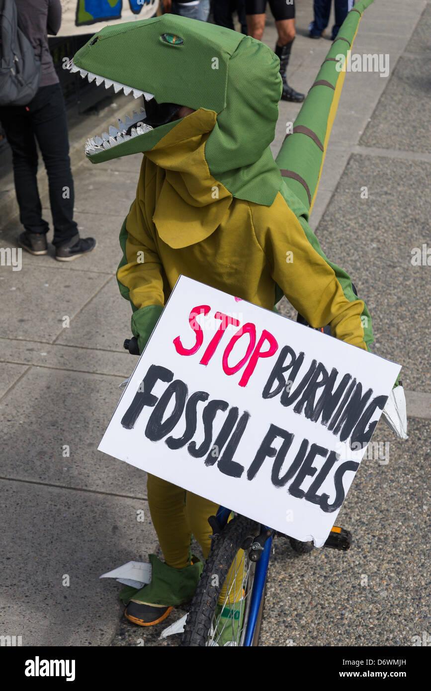 I dinosauri contro i combustibili fossili a Vancouver per la Giornata della Terra parata e Festival 2013 Immagini Stock