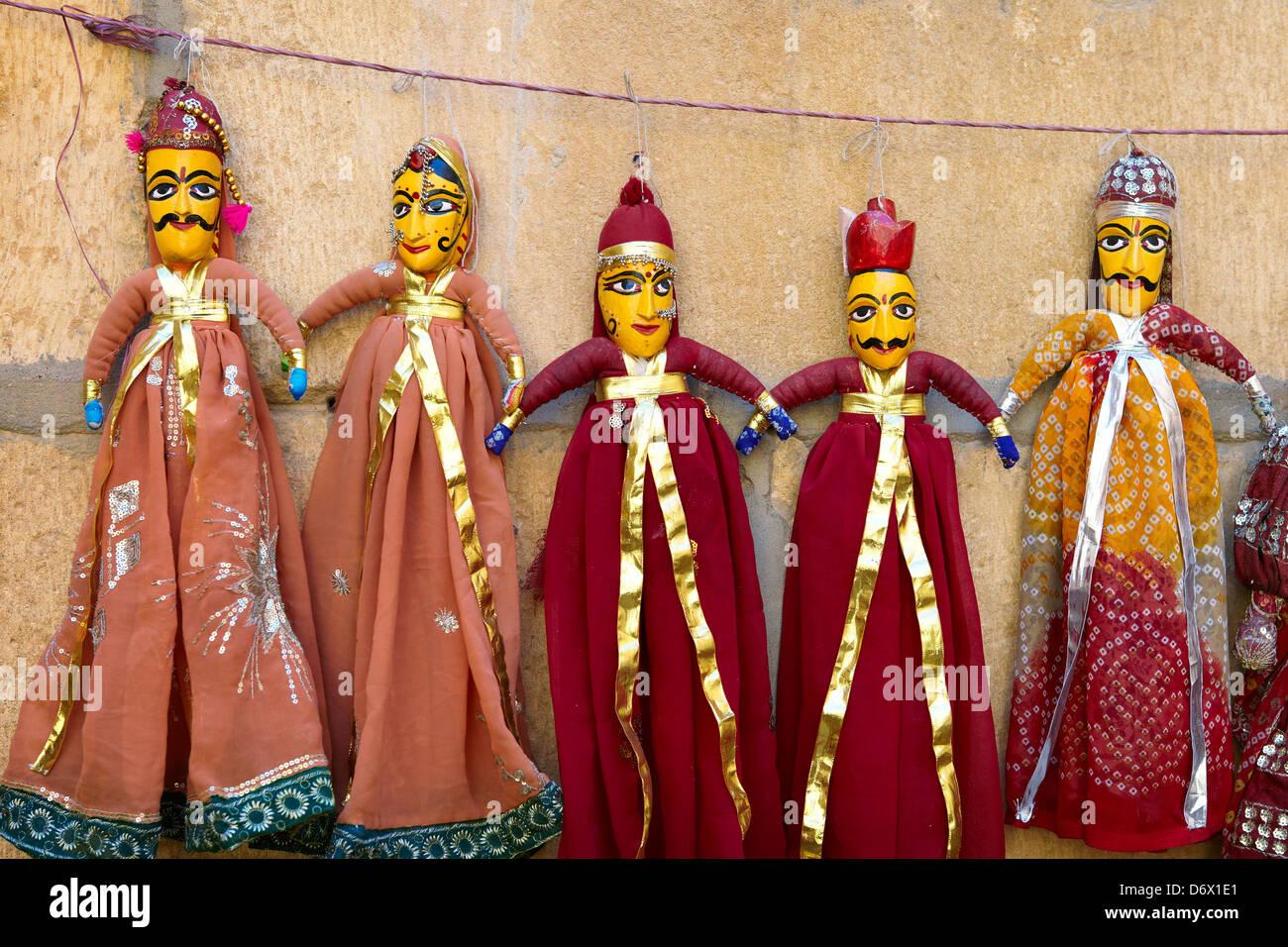 Indiano popolare negozio di souvenir - tradizionali burattini bambole dal nord del Rajasthan, Jaisalmer, India Immagini Stock