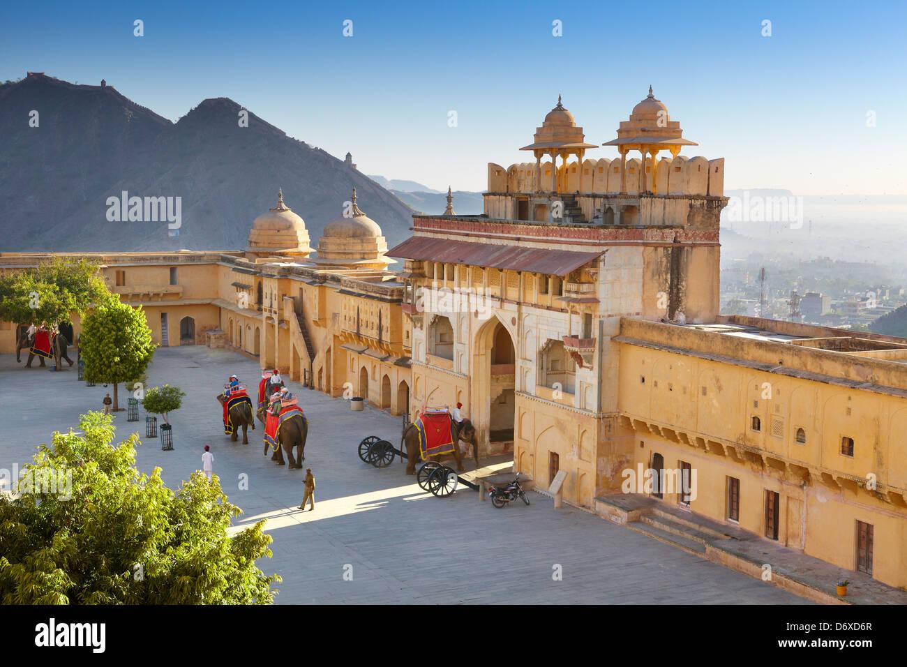 Amber Fort - paesaggio con gli elefanti sul Jaleb Chowk cortile e il cancello principale del Forte Amber, Jaipur, Immagini Stock