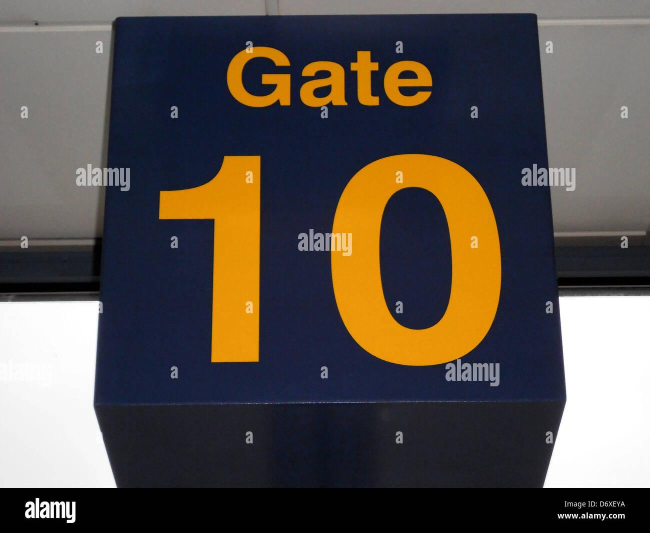 Numero di porta 10 nella sala partenze, East Midlands Airport, il Castello di Donnington, leicestershire, Inghilterra, Immagini Stock