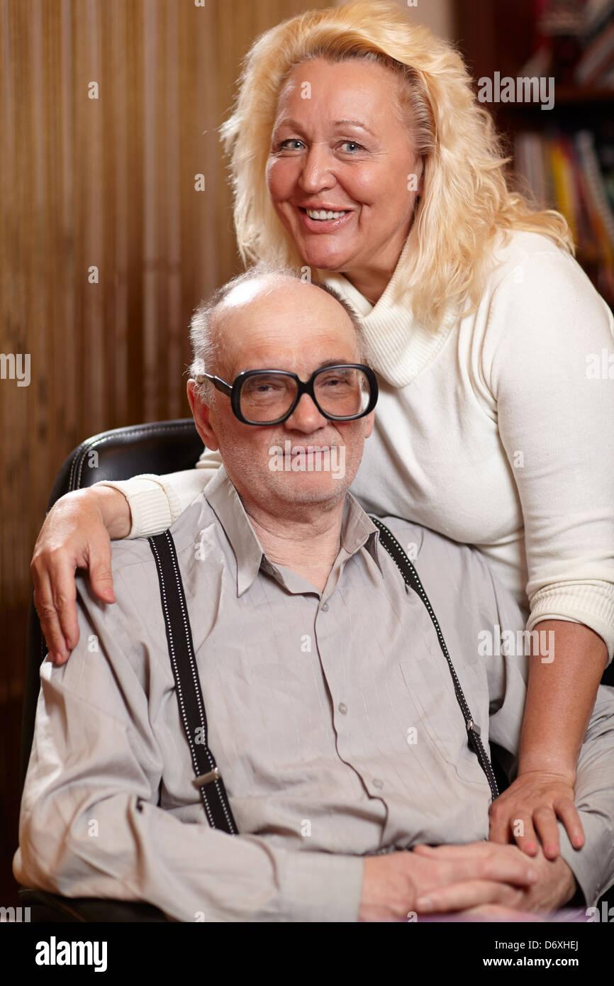 Felice di anziani matura in amore a casa. Immagini Stock