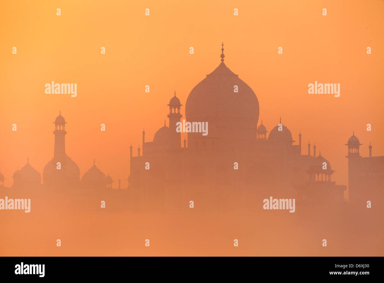 Taj Mahal al tramonto skyline (vista del nord del Taj Mahal), Agra, Uttar Pradesh, India Immagini Stock