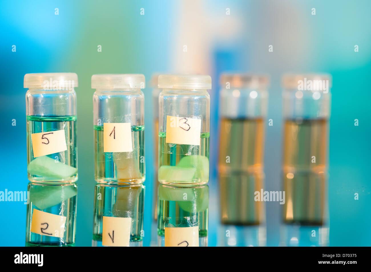 Tre campioni in fiale in plastica per microscopia e tessuto di biopsia . laboratorio biologico Immagini Stock